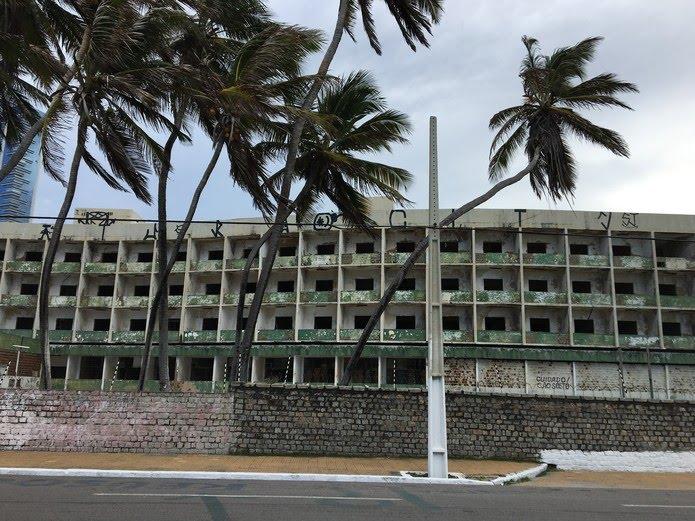Hotel Reis Magos está abandonado há mais de 20 anos — Foto: Leonardo Erys/G1