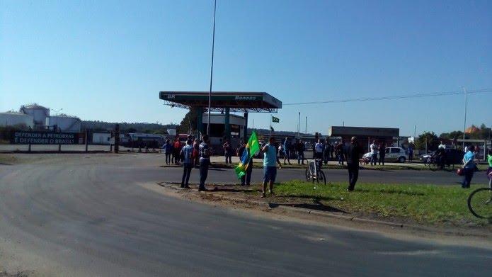 Manifestantes seguem concentrados em frente à Refap, em Canoas (Foto: Roberta Mércio/RBS TV)