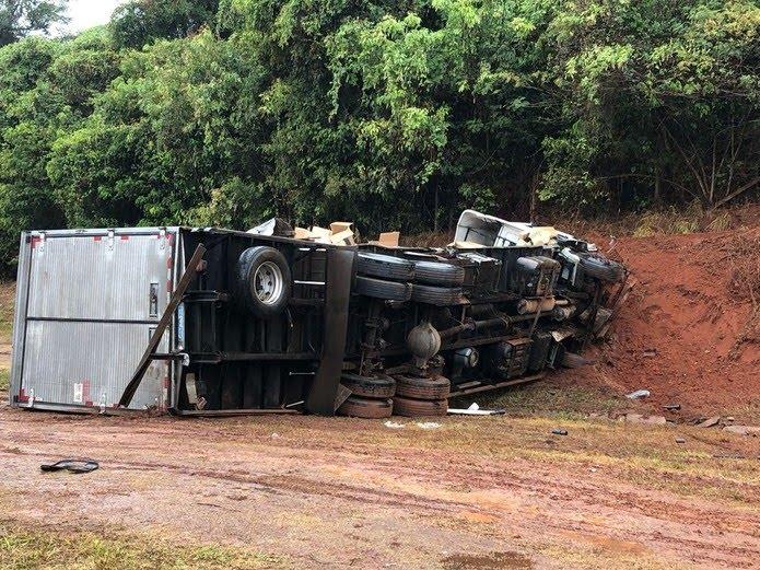Após o choque, caminhão-baú perdeu o controle e tombou no acostamento (Foto: Jaqueline Frizon/TV TEM)