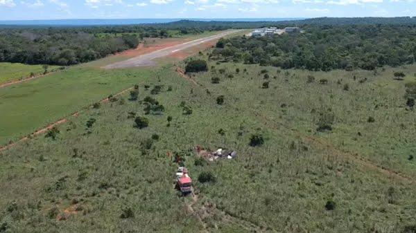 Avião caiu logo após a cabeceira da pista — Foto: Rodrigo Noleto/Divulgação
