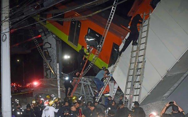 Bombeiros e equipes de resgate da Cidade do México trabalham para resgatar vítimas de vagão que caiu depois que um trecho da Linha 12 do metrô desabou — Foto: Jose Ruiz / AP Photo