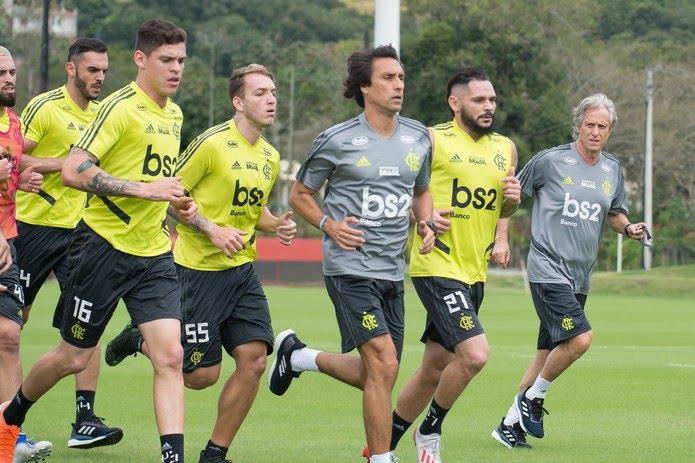 Jorge Jesus, técnico do Flamengo, corre ao lado dos jogadores, assim como o auxiliar João de Deus — Foto: Alexandre Vidal/Flamengo
