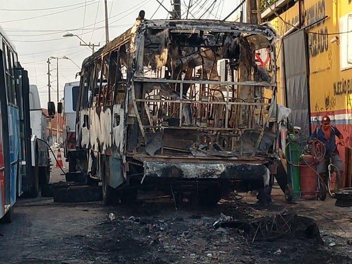 Ônibus foi destruído por criminosos Edson Queiroz, em Fortaleza.  — Foto: Halisson Oliveira