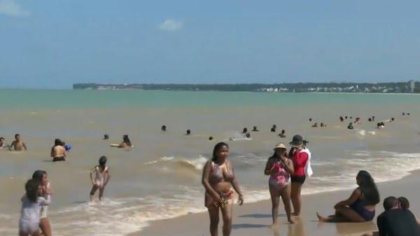 Praia do Cabo Branco, em João Pessoa, lotada no feriado de Nossa Senhora Aparecida — Foto: Reprodução/TV Cabo Branco