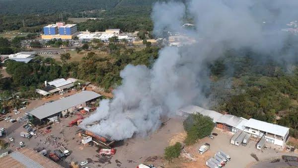 Incêndio atingiu um dos galpões que abrigavam boxes de vendas de hortifrútis do Ceasa de Bauru; no alto, o Hospital Estadual — Foto: César Culiche/TV TEM