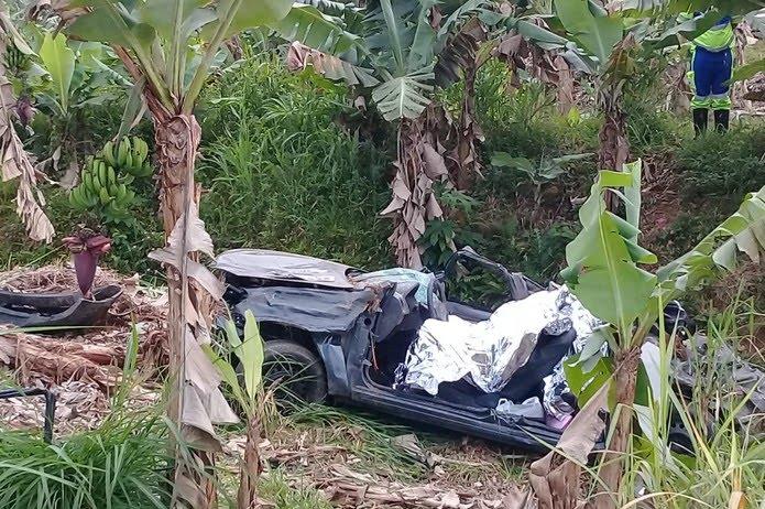 Acidente deixou três vítimas fatais e um ferido na Rodovia Padre Manoel da Nóbrega — Foto: G1 Santos