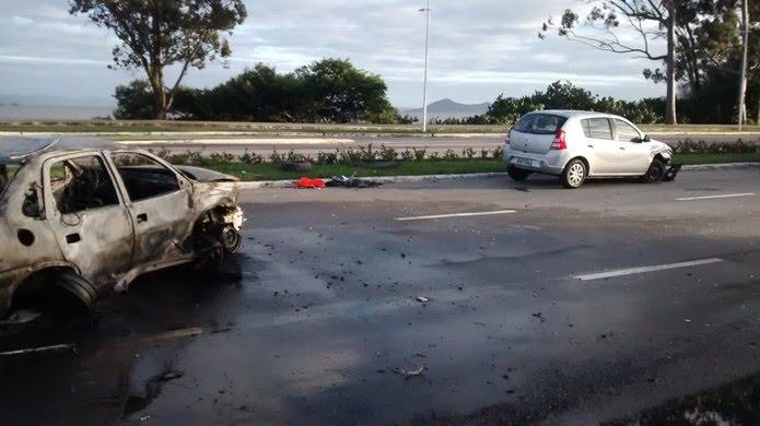 Carro ficou totalmente destruído com o incêndio (Foto: Odemar Andrade/ NSC TV )
