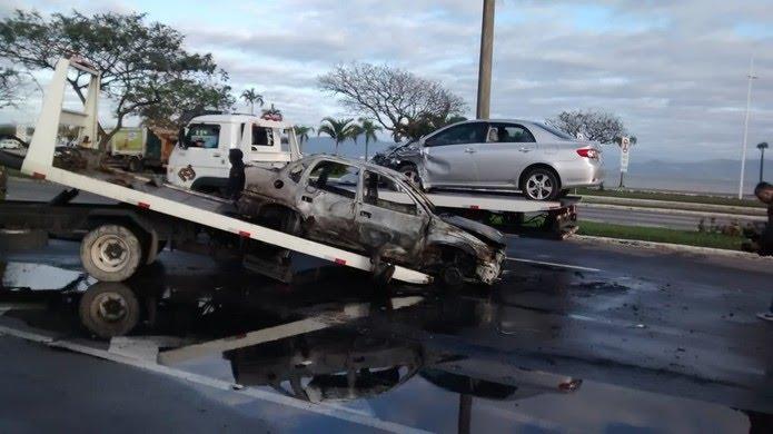 Trabalho de remoção dos carros que se envolveram no acidente (Foto: Odemar Andrade/ NSC TV )
