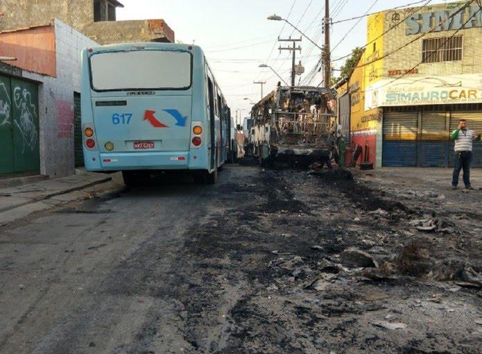 Na Capital, foram registrados pelo menos dois ataques a ônibus, na comunidade do Dendê, no bairro Edson Queiroz e na Avenida Cônego de Castro, no Parque Santa Rosa.  — Foto: Halisson Ferreira/TV Verdes Mares