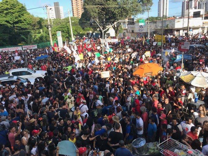 Natal tem protesto contra bloqueios na educação — Foto: Rafael Barbosa/G1