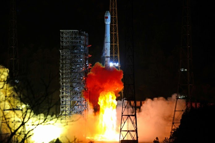 Foguete Long March-3B, que carrega a sonda lunar Chang'e 4, decola do Centro de Lançamento de Satélites Xichang em dezembro de 2018 — Foto: Reuters