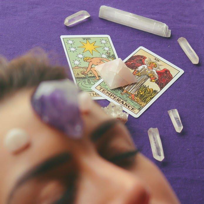 Meditação com cartas de tarô e pedras, aplicada pelo terapeuta holístico Bernardo Morais (@moraisbernardo) — Foto: Bernardo Morais/Arquivo pessoal