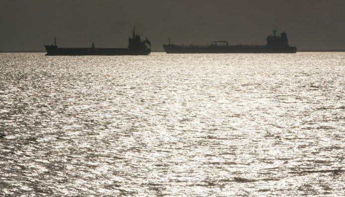 Navios petroleiros vistos na costa de Fos-Lavera, próxima a Marselha, na França — Foto: Jean-Paul Pelissier/Reuters