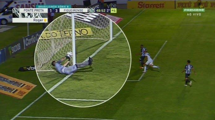 Frame mostra momento exato em que Pegorari tira a bola de dentro do gol — Foto: Reprodução / Premiere