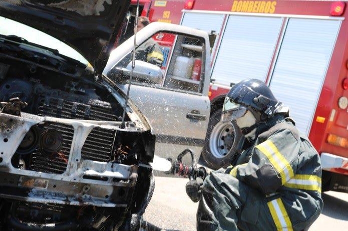 Bombeiro apaga chamas em carro que pegou fogo na Zona Sul de Natal — Foto: Corpo de Bombeiros/Divulgação