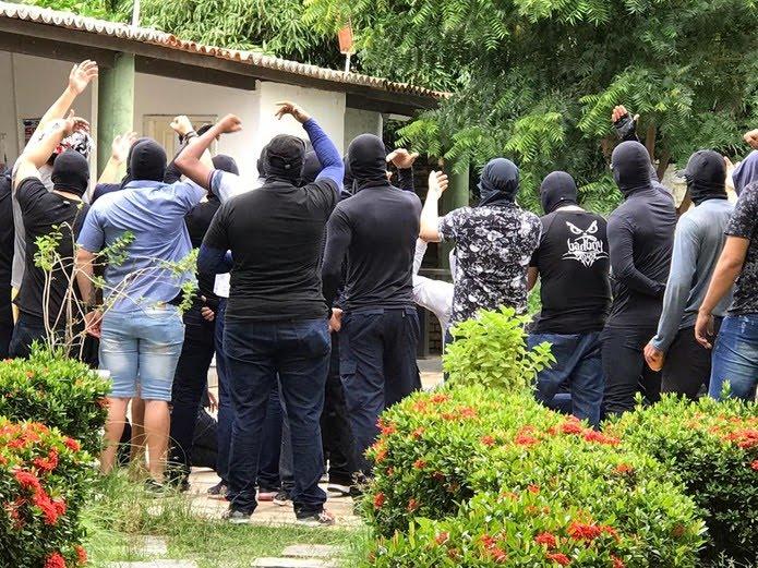 Homens que se identificam como PMs tomaram a unidade de policiamento de Sobral  Foto: Camila Lima/SVM