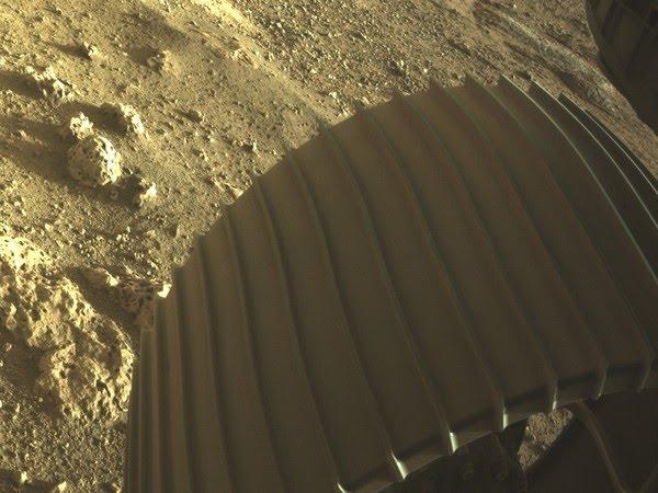 Uma das rodas do robô Perseverance, da Nasa, tocando o solo de Marte. — Foto: NASA