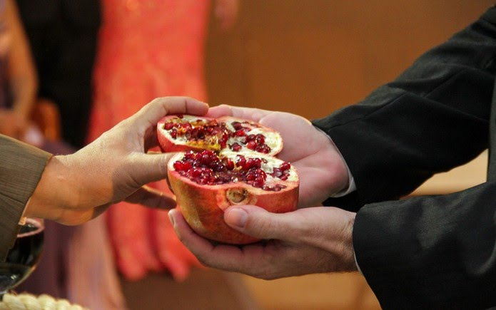 Pastor mostra romã para noivos — Foto: Fred Banionis/VC no G1
