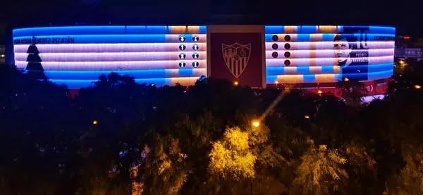 Estádio do Sevilla é iluminado com homenagem a Maradona — Foto: Reprodução/Twitter/SevillaFC
