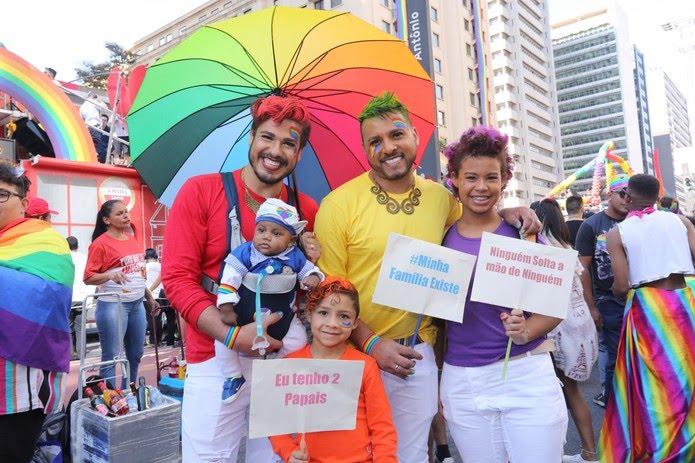 Família durante a 23ª Parada LGBT em São Paulo. — Foto: Foto: Celso Tavares/G1