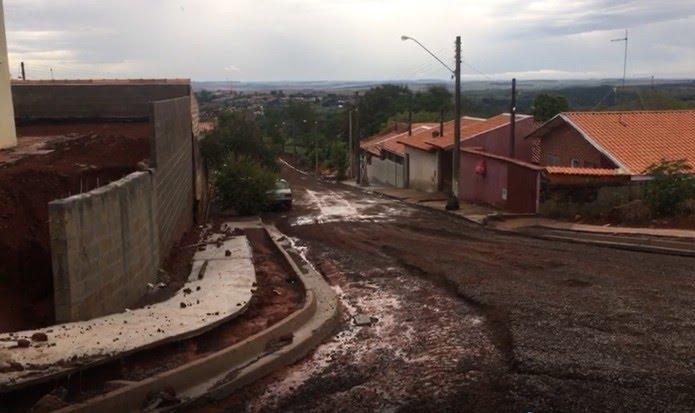 Temporal deixa ruas cobertas de lama em Piraju — Foto: Pedro Salgado/TV TEM