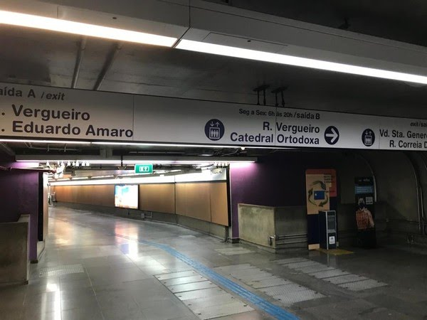Mesmo após avisar que não iria ao encontro, coronel enviou fotos para provar que estava esperando soldado em estação de metrô — Foto: G1 Santos