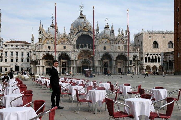 Restaurante fica vazio em Veneza; governo da Itália ampliou quarentena para tentar frear o coronavírus — Foto: Manuel Silvestri/AP
