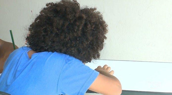 Felipe é negro e tem cabelos crespos. Pais dizem que a diretora da Escola Profª Augusta Maria Costa Melo impediu a matrícula por ele ser afrodescendente. — Foto: Reprodução/TV Mirante
