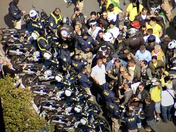 Agentes da PRF presentes na passeata de moto de Bolsonaro em SP — Foto: TV Globo/reprodução