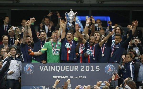 Thiago Silva levanta a taça de campeão da Copa da França de 2015 — Foto: EFE/EPA/IAN LANGSDON