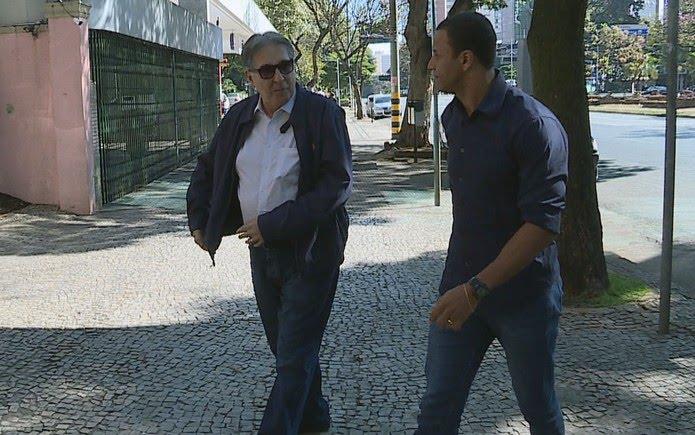 Ex-governador de Minas Gerais, Fernando Pimentel (PT), no velório da mãe de Dilma Rousseff, em Belo Horizonte — Foto: Reprodução/TV Globo