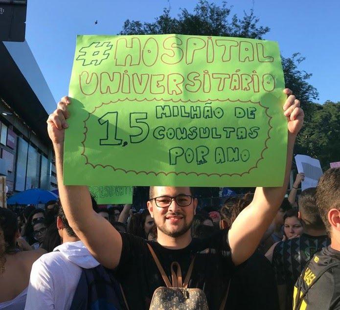 Estudantes se manifestam contra bloqueios na educação — Foto: Rafael Barbosa/G1