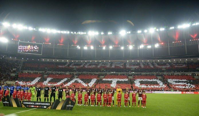 Torcida do Flamengo encheu o Maracanã contra o Emelec, mas uso de bombas e sinalizadores pode causar punição na Libertadores — Foto: André Durão / GloboEsporte.com