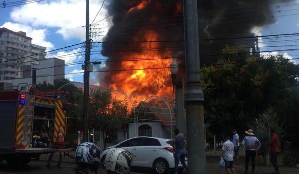 Incêndio destruiu Casa do Papai Noel, em Pato Branco — Foto: John Henrique/Imagem cedida