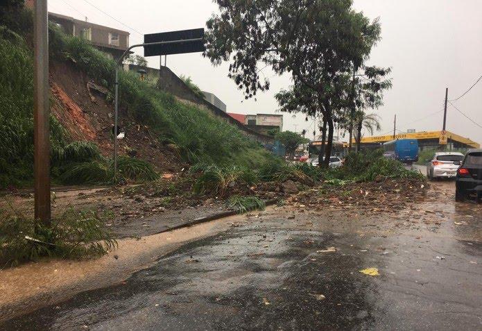 Deslizamento obstrui parte da via na Avenida Tito Fulgêncio  — Foto: Paulo Pires