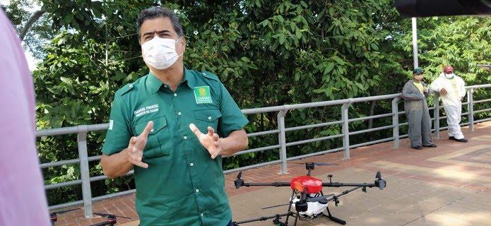 Prefeito de Cuiabá, Emanuel Pinheiro (MDB), mostrou equipamentos usados no trabalho — Foto: Carlos Renato/TVCA