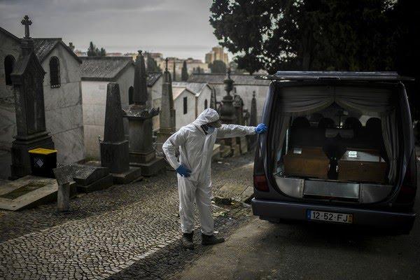 Carro funerário com vítimas da Covid-19 chega a cemitério em Lisboa, Portugal, na quinta-feira (18) — Foto: Patrícia de Melo Moreira/AFP
