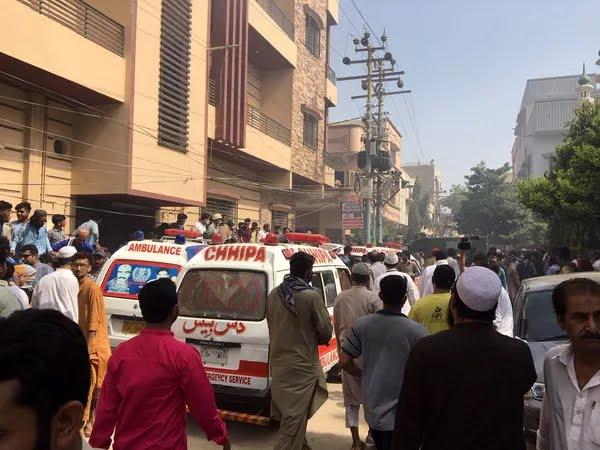 Ambulâncias e carros de bombeiros se deslocaram para local de acidente com avião comercial perto do aeroporto de Karachi, no Paquistão, nesta sexta-feira (22)  — Foto: Akhtar Soomro/ Reuters