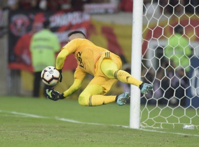 Diego Alves falou sobre sua tática para defender pênaltis — Foto: André Durão