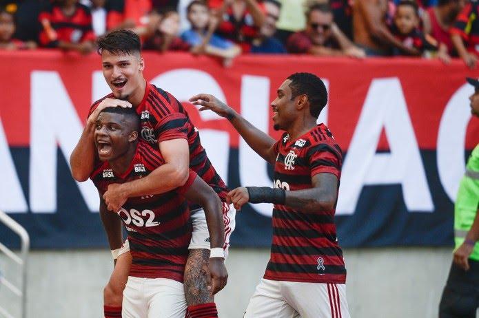 Lincoln, do Flamengo, comemora seu gol contra a Chapecoense com Thuler e Vitinho — Foto: Alexandre Vidal/ Flamengo/ Divulgação