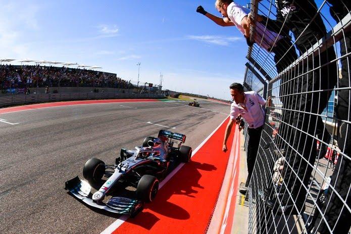 Lewis Hamilton cruza a linha de chegada para conquistar hexacampeonato da F1 — Foto: Divulgação