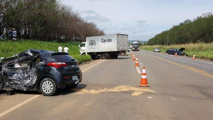 Acidente entre dois carros e carreta deixou mulher em estado grave na SP-133 em Limeira — Foto: Paulo Gonçalves/EPTV