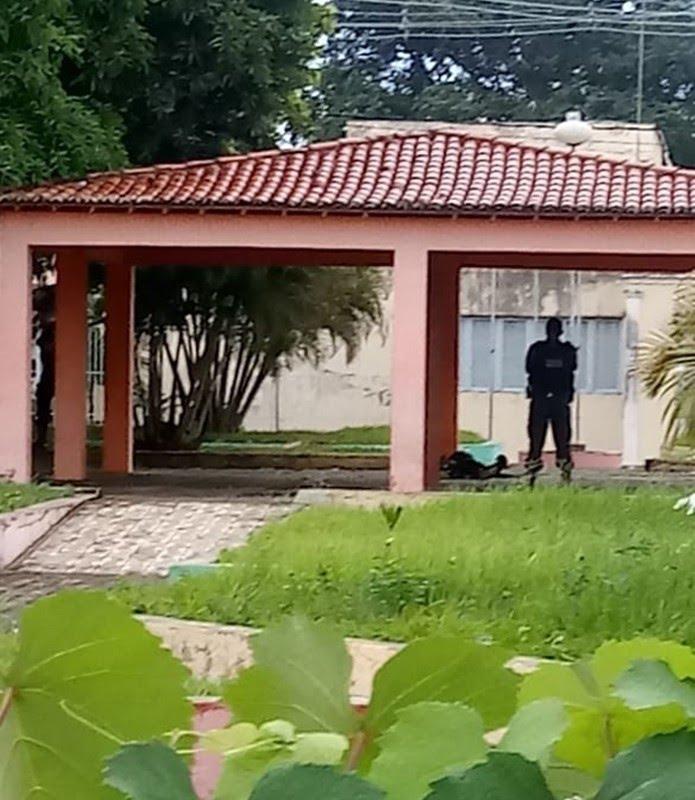 Corpo foi encontrado na Praça da Independência, na frente da Câmara Municipal de Ceará-Mirim — Foto: Redes Sociais
