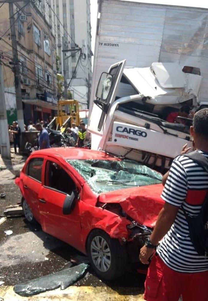 Acidente em Niterói: ainda não há informações sobre feridos e sobre a quantidade de carros envolvidos no acidente.  — Foto: Reprodução/Redes sociais