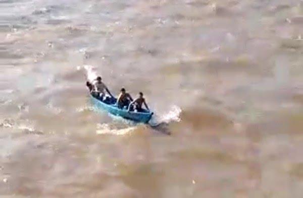 Imagem registrou embarcação em meio a agitação do Rio Amazonas, minutos antes do naufrágio — Foto: Reprodução