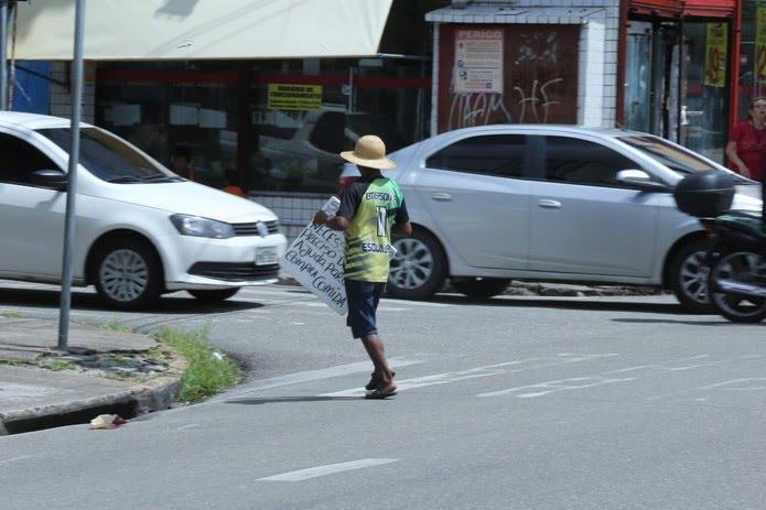 Adolescentes do grupo pedem ajuda nos cruzamentos de trânsito da cidade para pagar as diárias dos quartos onde estão — Foto: Helene Santos/SVM
