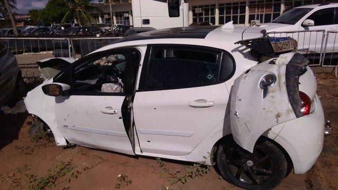 Veículo ficou destruído após criminosos baterem carro em muro enquanto eram perseguidos pela Polícia, em Felipe Camarão, Zona Oeste de Natal — Foto: Geraldo Jerônimo/Inter TV Cabugi