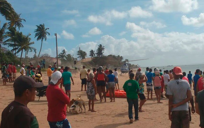 Vítimas são resgatadas na praia do Duro, em Vera Cruz