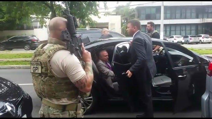 Momento em que o ex-presidente Michel Temer é abordado pela Polícia Federal — Foto: Reprodução/TV Globo