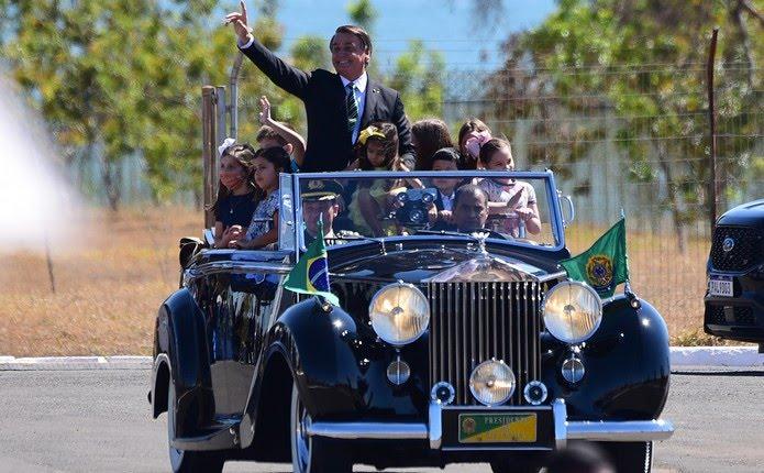 Bolsonaro desfila com crianças em celebração do 7 de Setembro, na Esplanada dos Ministérios, em Brasília — Foto: Cláudio Reis/Frame Photo/Estadão Conteúdo